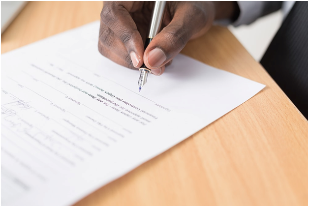 Signing a rental agreement